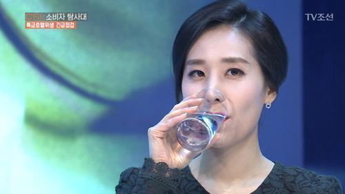 변기 닦은 수세미로 씻은 컵, 제가 한번 마셔보겠습니다