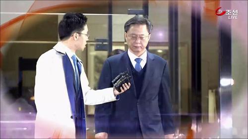 """""""권력 남용"""" vs """"정상 업무""""…우병우 前수석 구속영장 두 번째 기각"""