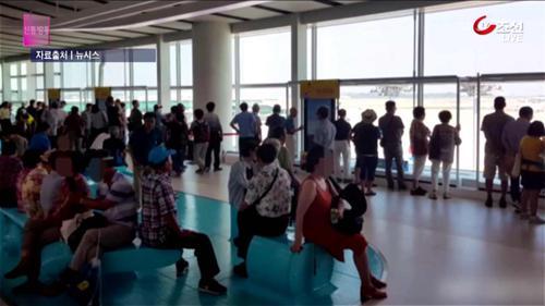 공항에 몰린 노인들...폭염에 안성맞춤 피서지?