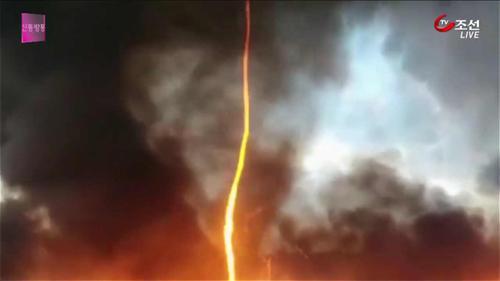 영국 화재 현장에서 '악마의 불꽃'...정체는?
