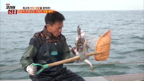 힘들게 잡은 물고기 방생하는 사람...왜?